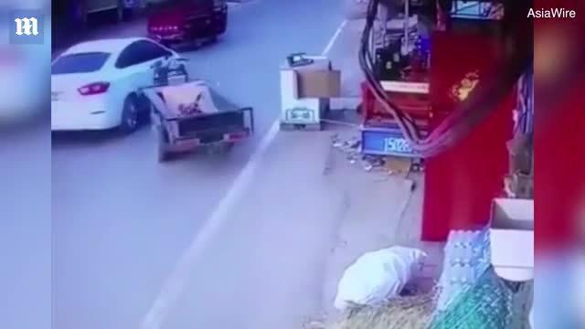 Xe ba bánh không người lái 'gây hấn' với ôtô