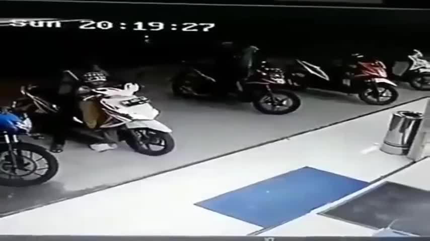 Xe máy lao vào siêu thị vì em bé vặn tay ga