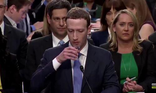 Mark Zuckerberg uống nước như người máy
