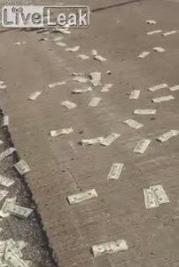 Tiền rơi đầy trên cao tốc