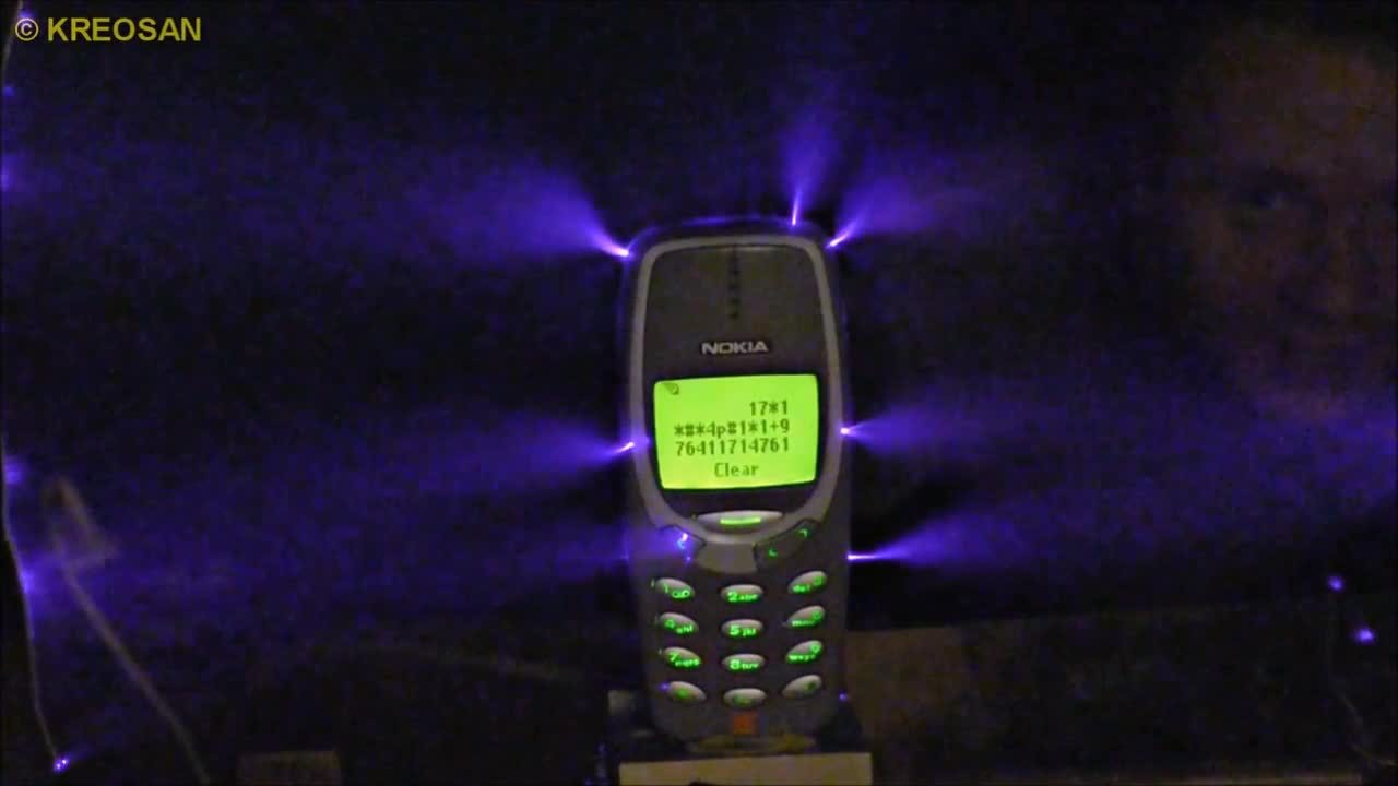 Sạc Nokia 3310 đời cũ bằng dòng điện một triệu volt