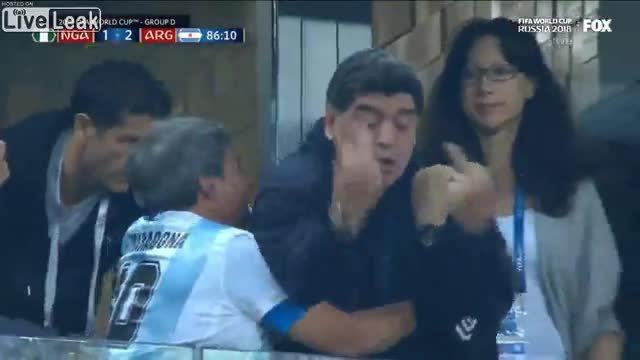 """Maradona giơ """"ngón tay thối"""" tại World Cup"""