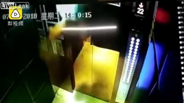 Bé gái bị hất văng trong thang máy