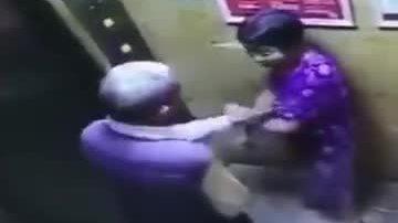 Video kẻ biến thái giở trò trong thang máy được xem nhiều tuần qua