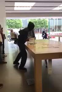 Tại sao kẻ trộm iPhone, MacBook hoành hành giữa ban ngày
