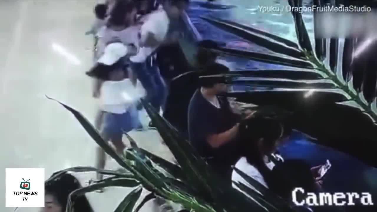 Bé gái 5 tuổi bị cá mập cắn tại trung tâm thương mại