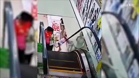 Cô gái bị kẹt đầu khi đi thang cuốn