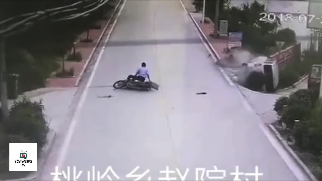 Người lái xe máy vờ đau đớn sau tai nạn lật xe tải