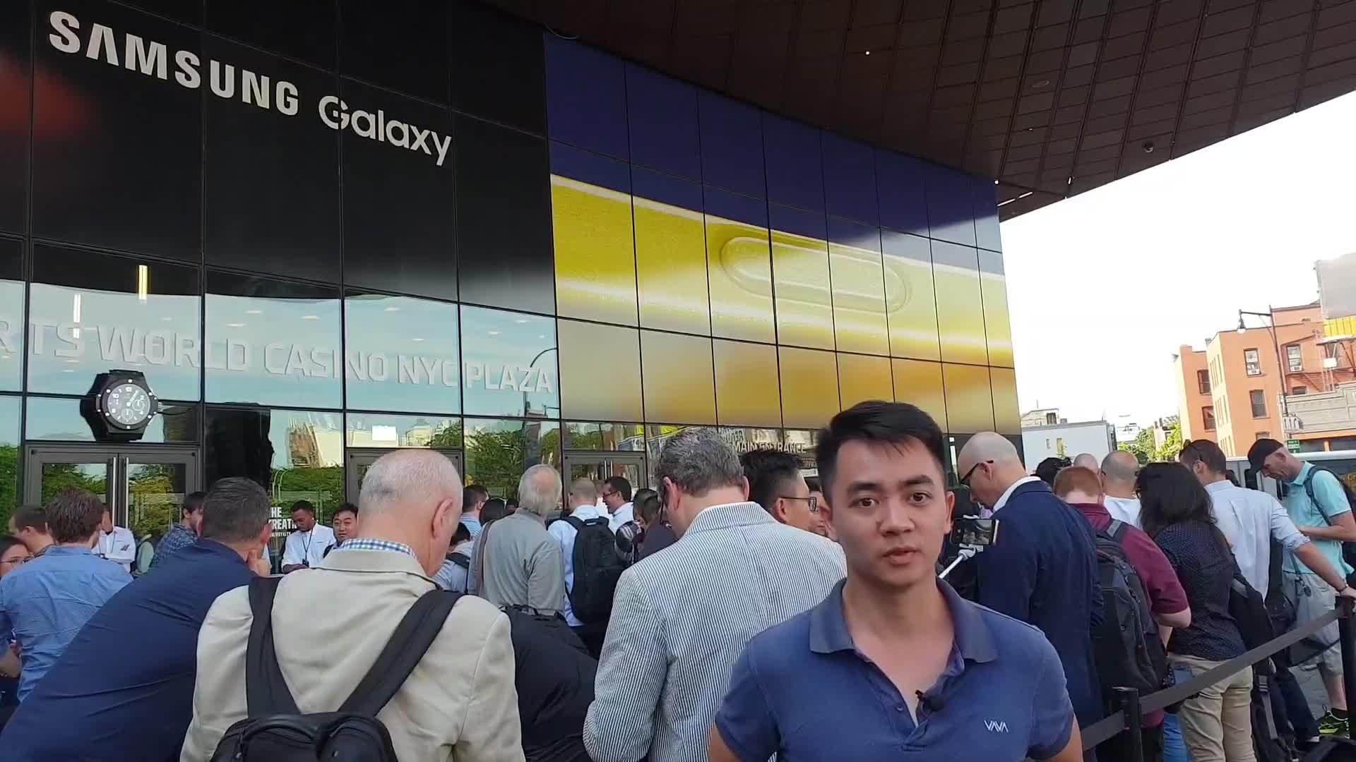 Bên ngoài nơi diễn ra sự kiện ra mắt Note9 của Samsung