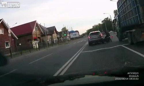 Thoát chết trước đầu xe tải