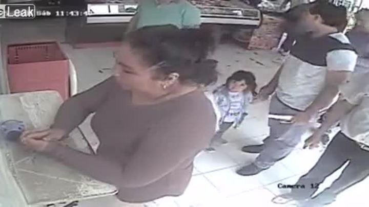 Mẹ con hợp sức trộm tiền