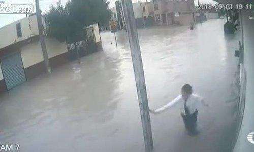 Học sinh bị điện giật trên đường ngập