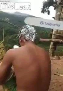 Cắt tóc bằng cưa máy