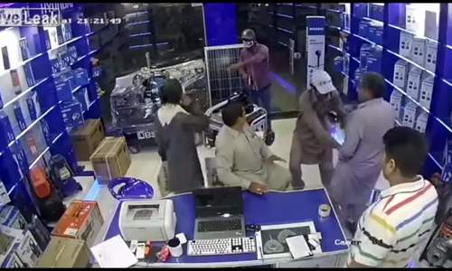 Đám đông bày mưu bắt cướp