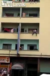 Lính cứu hỏa đu dây cứu người tự tử