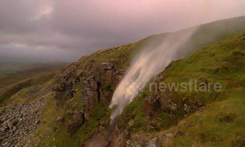 Thác nước chảy ngược vì gió mạnh