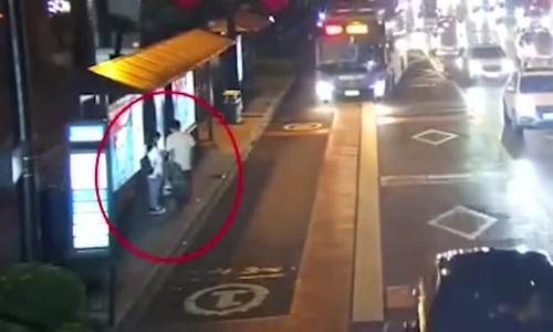 Video đợi xe bus rồi bất ngờ cưỡng hôn cô gái trẻ hút 5 triệu lượt xem