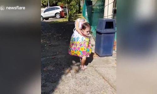 """Cô bé hóa trang """"người không đầu"""" trong lễ Halloween"""
