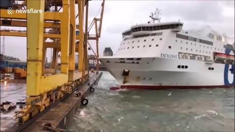 Phà đâm đổ cần trục ở bến cảng