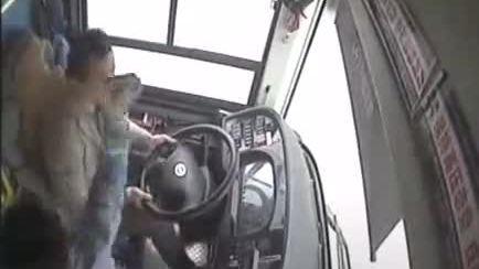 Xô xát với tài xế làm xe bus lao xuống sông