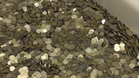 Thanh niên Nga mua iPhone Xs bằng bồn tắm đầy tiền xu