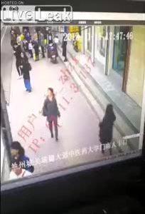 Người phụ nữ sụt hố tử thần khi đang đi bộ