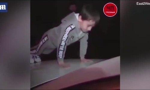 Video bé năm tuổi được tặng xe sang nhờ chống đẩy 4.100 cái hút hai triệu lượt xem