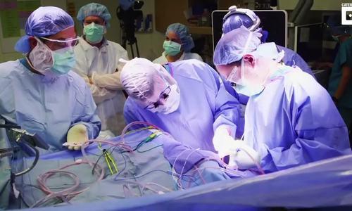 Nữ bệnh nhân hát trong khi phẫu thuật não