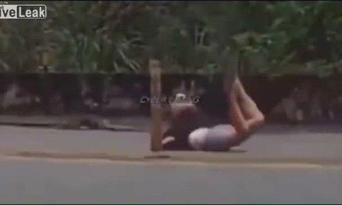 Video cô gái ngã xe ở tư thế 'không giống ai' hút bốn triệu lượt xem