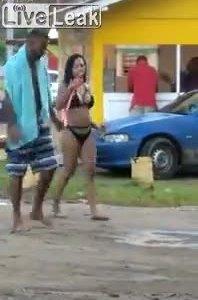 Người đàn ông dùng xích dẫn vợ đi trên bãi biển