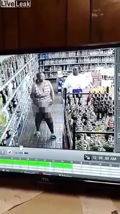 Bỏ chai rượu dưới váy để trộm