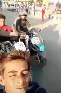 Hậu quả khi vừa lái xe máy, chụp selfie