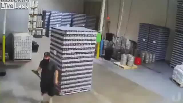 Phút đờ đẫn của nhân viên xếp hàng hóa