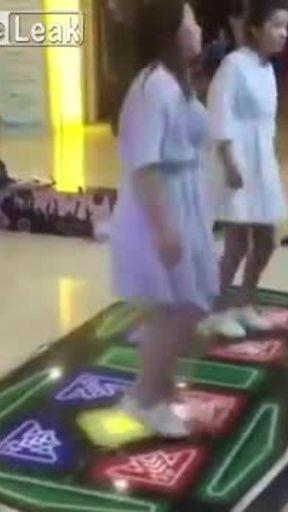 """""""Vật thể lạ"""" rơi từ người cô gái đang học nhảy"""