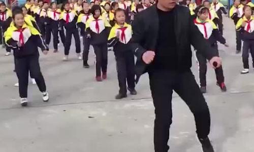 Màn nhảy tập thể của học sinh tiểu học