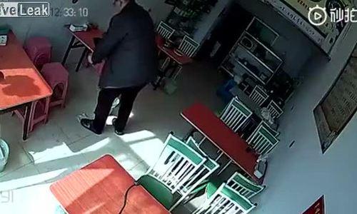 Người phụ nữ bị bò đuổi chạy vào nhà hàng