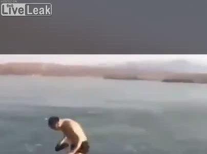 Suýt chết do bơi dưới băng