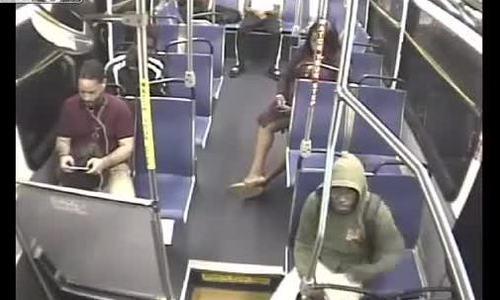 Cướp điện thoại trên xe buýt