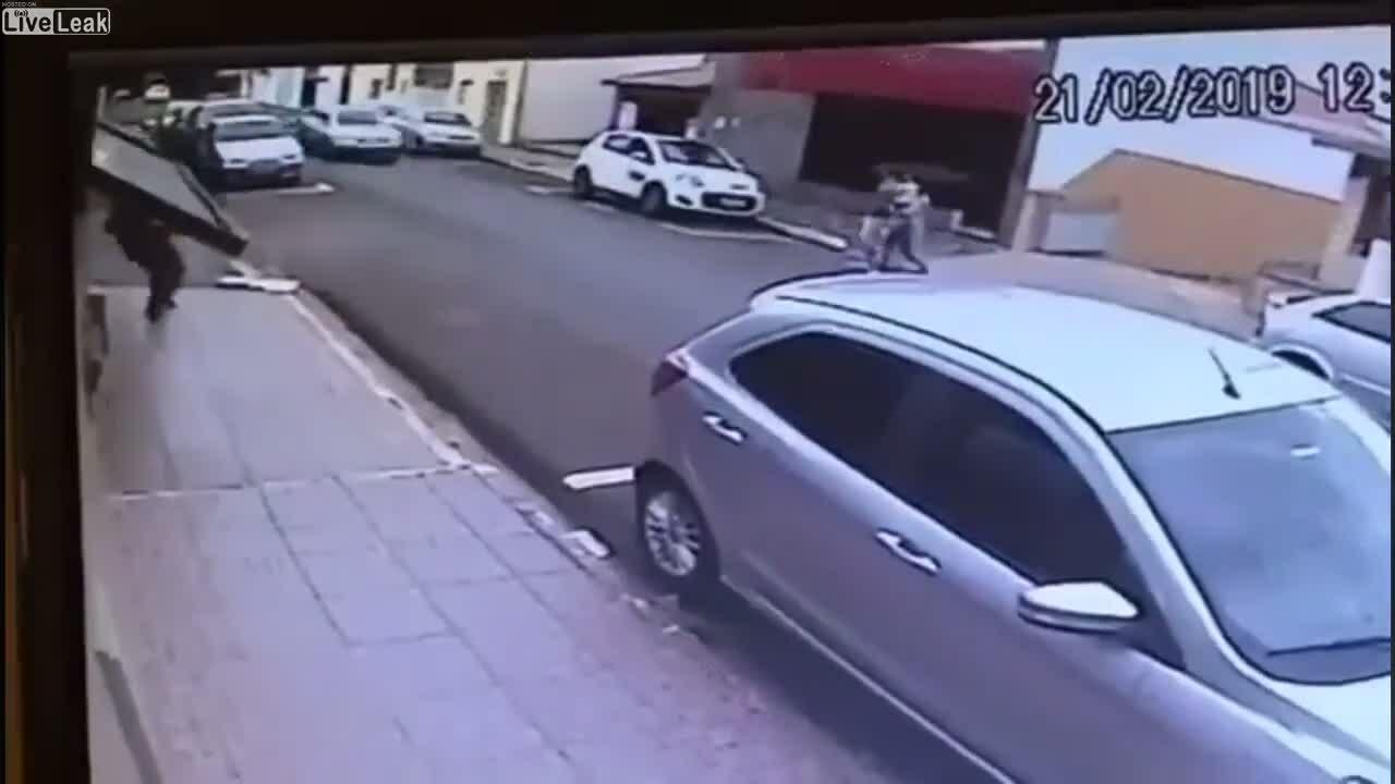 Cánh cửa 'nuốt chửng' người đi bộ