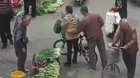 Móc trộm điện thoại bằng đũa ở Trung Quốc