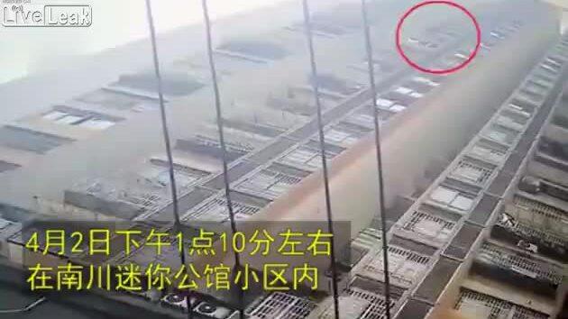 Bé 6 tuổi thoát chết thần kỳ khi rơi từ tầng 26