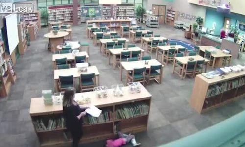 Cô giáo bị sa thải vì đá bé gái trong thư viện