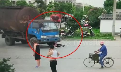 Video 'cụ bà ăn vạ trước xe tải' gây tranh cãi tuần qua