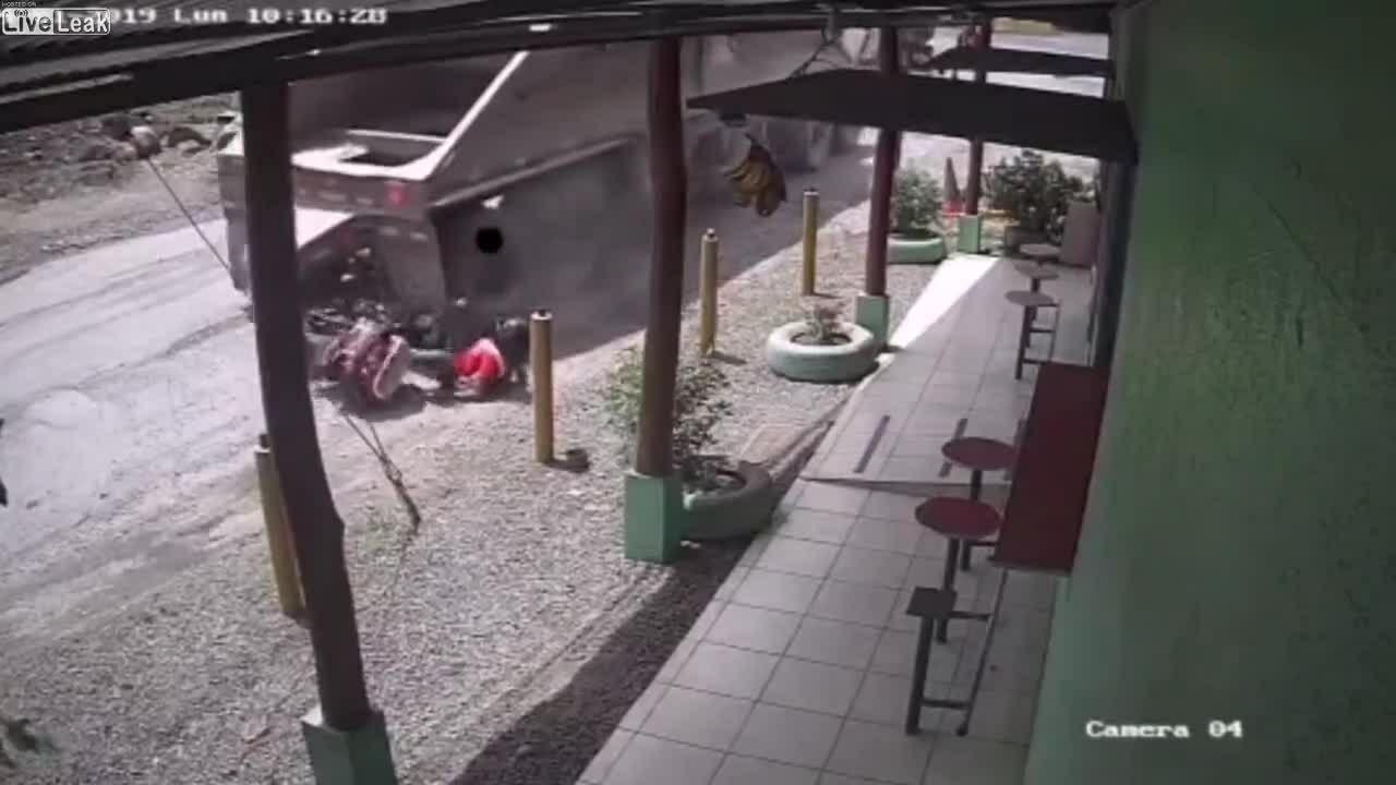 Suýt chết vì dừng xe sau điểm mù xe tải