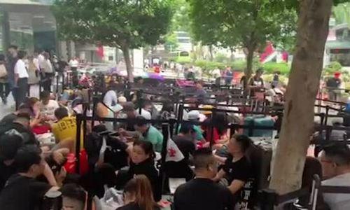 Xếp hàng mua iPhone 11 tại Apple Store Singapore