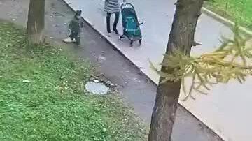 Em bé bị sụp hố ga