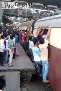 Hàng trăm người đu tàu hỏa