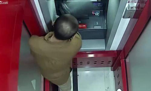 Đập phá ATM vì tưởng thẻ bị 'nuốt'