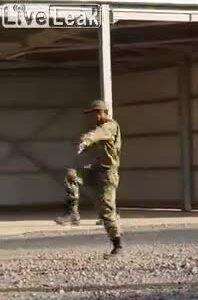 Lính mới tập đi diễu hành