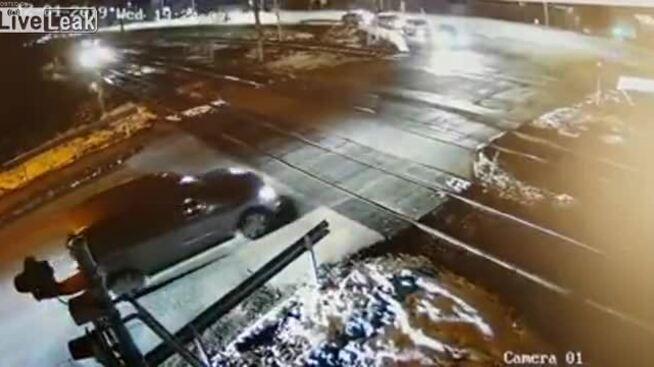 Xe hơi thoát nạn trong tích tắc 5